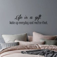 muursticker met de tekst life is a gift wake up every day and