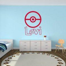 Muursticker met afbeelding van het Pokemon logo. Inclusief eigen naam