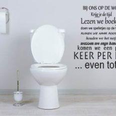 muursticker toilet bij ons op de wc... K052