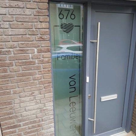 raamfolie voordeur verticaal huisnummer achternaam familie met hart vl6 tekst