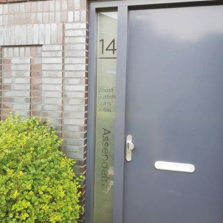 raamfolie voordeur verticaal huisnummer voornamen achternaam vl9 tekst