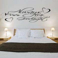 Muursticker. Tekst: Always kiss me goodnight. QS094