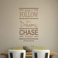 Muursticker. Portia Saris. Don't follow your dreams, Chase them. QS065