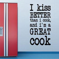 Muursticker. I kiss better than I cook... etc. QS096. In diverse afmetingen