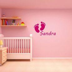 Muursticker met eigen babynaam of kindnaam en inclusief babyvoetjes