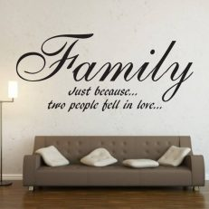 "Muursticker met de tekst ""Family Just because... two people fell in love…""."