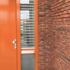 Raamfolie sticker voor de voordeur. De raamfolie is in Jaloezie stijl