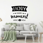 "Muursticker met de tekst ""Enjoy every moment here and now"""