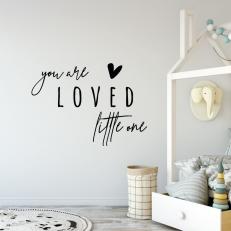 Muursticker. Tekst: You are loved little one. Er wordt van je gehouden