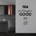 Muursticker. Tekst: Tea is always a good idea. Thee is altijd een goed idee