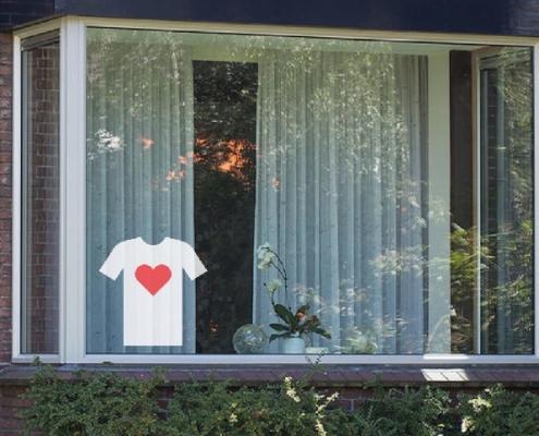 Raamsticker van T-shirt met Rood hart voor onze Helden in het Wit