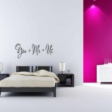 Muursticker. Tekst: You + Me = Us. Diverse afmetingen en kleuren